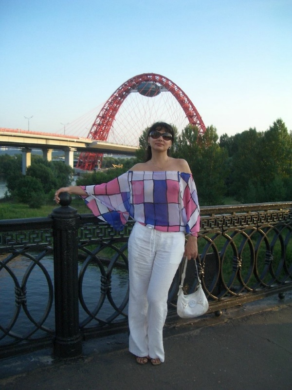 Голая брюнетка в очках позирует при людях в реке 1 фото