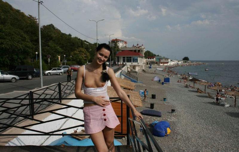 Русская жена с крупными сосками позирует на отдыхе голая 6 фото