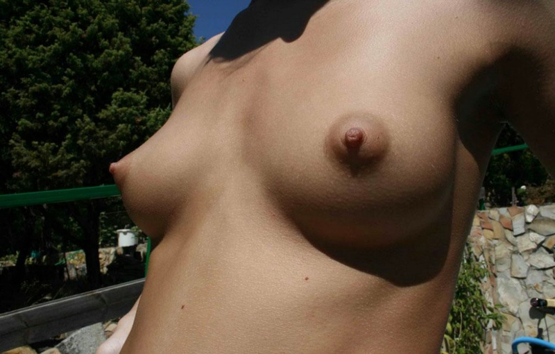 Русская жена с крупными сосками позирует на отдыхе голая 15 фото