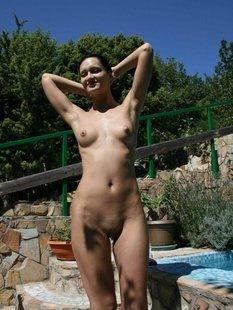 Русская жена с крупными сосками позирует на отдыхе голая