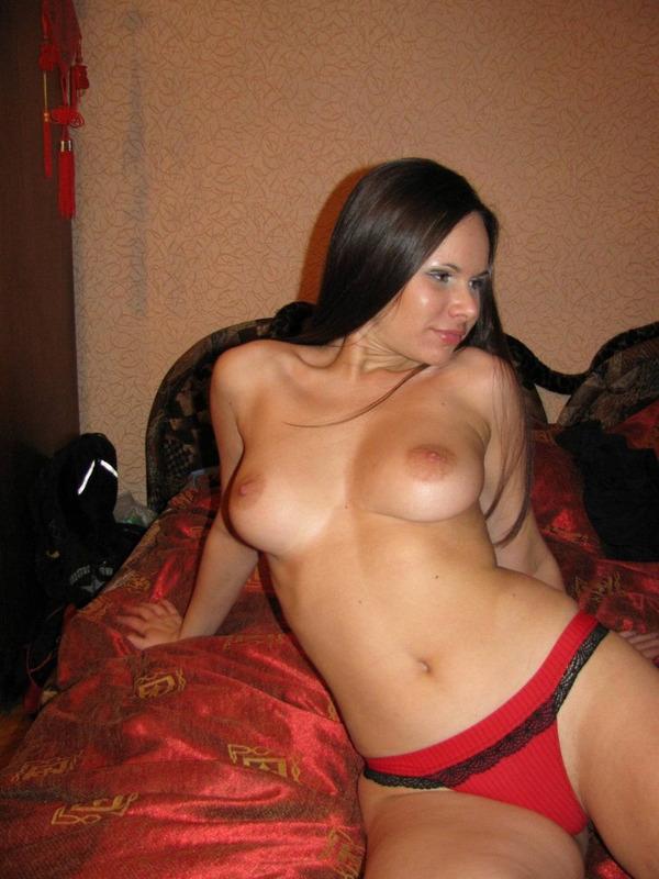 Брюнетка с голыми сиськами на кровати снимает трусики 6 фото
