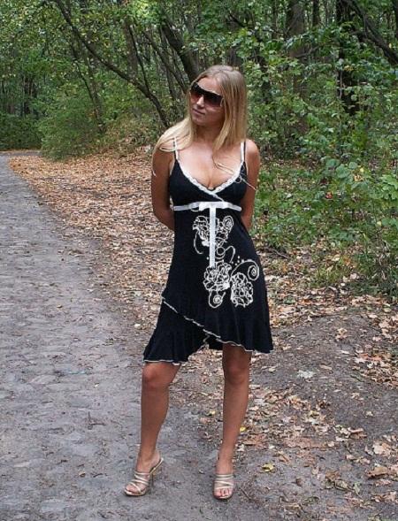Молодая блонда оголилась на природе 1 фото