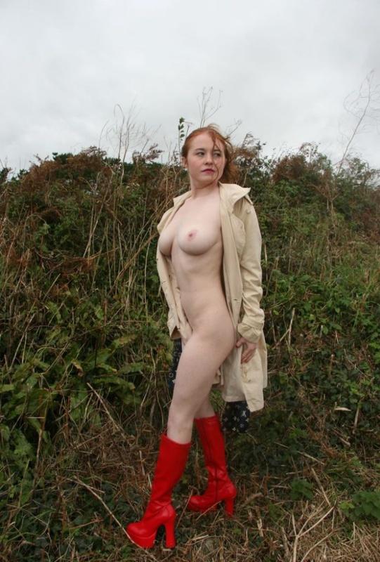 Рыжая баба в сапогах позирует обнаженная на природе и в авто 2 фото