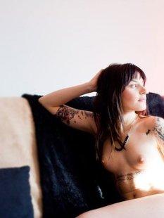 Худая леди в татуировках показала свои потайные места