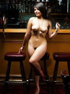 Подруга позирует у бара голая