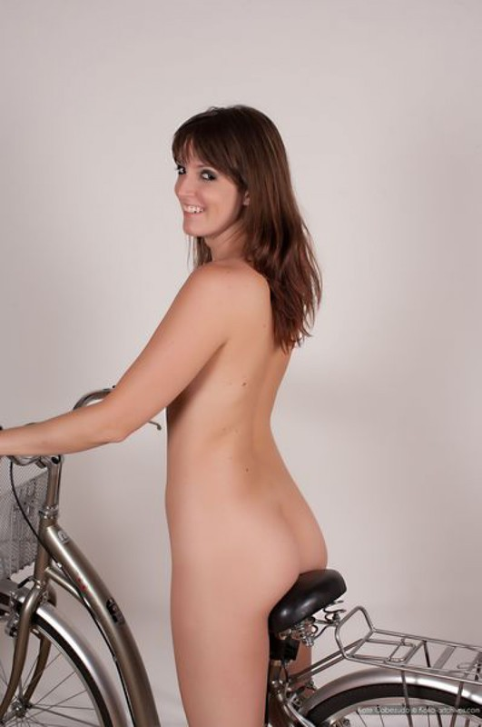 Голая велосипедистка трется попой об седалище у белой стены 19 фото