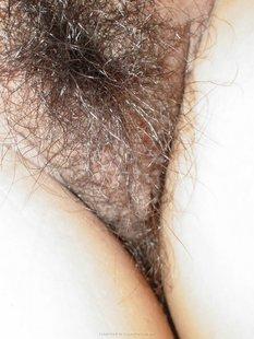 Азиатскую мамочку дерут в волосатую киску крупным планом