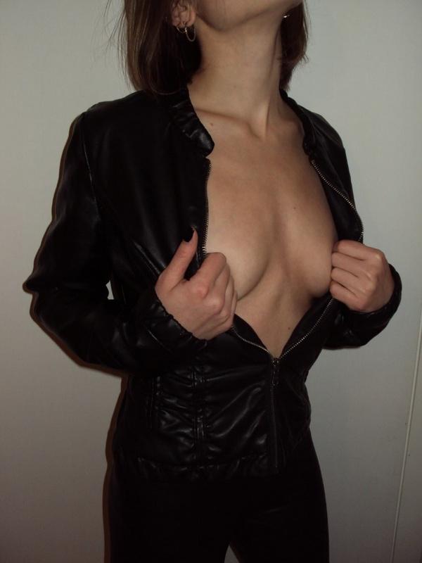 Девушка валяется на постели в нижнем белье и чулках или гуляет 3 фото