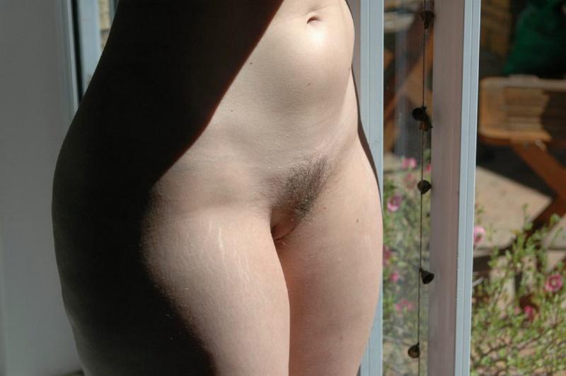 Жена показывает мужу свои дырки в отеле, чтобы уломать на трах 7 фото