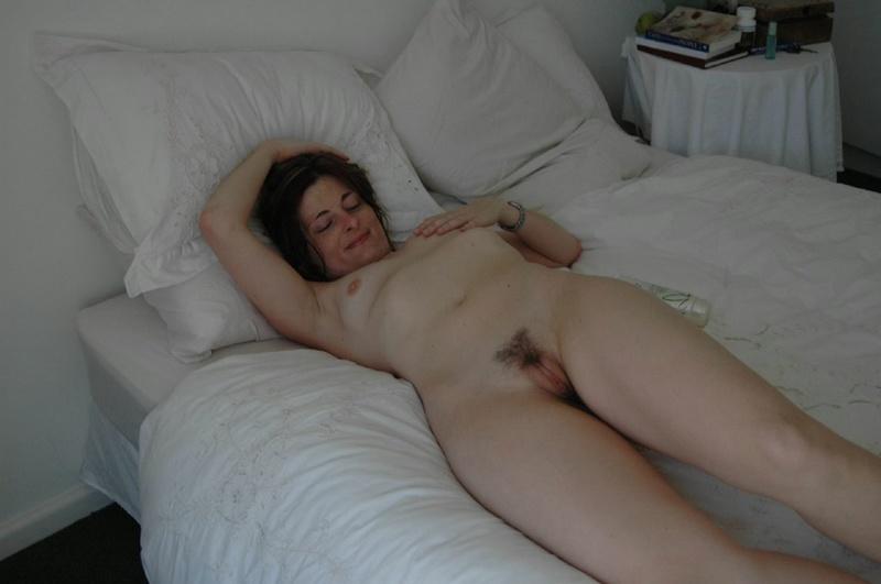 Жена показывает мужу свои дырки в отеле, чтобы уломать на трах 12 фото