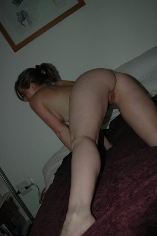 Жена показывает мужу свои дырки в отеле, чтобы уломать на трах 6 фото