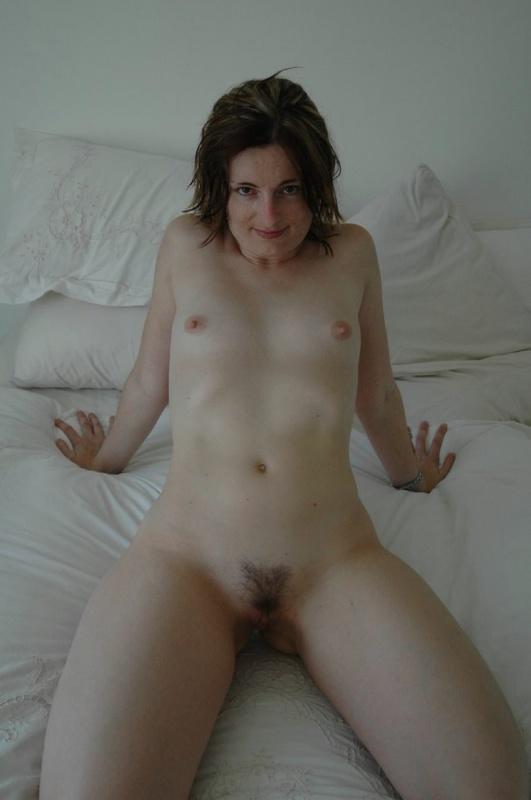 Жена показывает мужу свои дырки в отеле, чтобы уломать на трах 9 фото