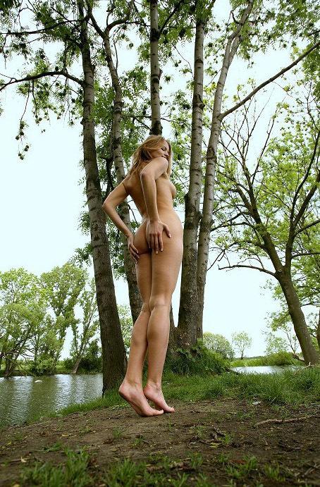 Молодая девушка из Чехии разделась в лесу 9 фото