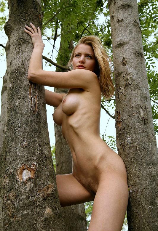 Молодая девушка из Чехии разделась в лесу 8 фото