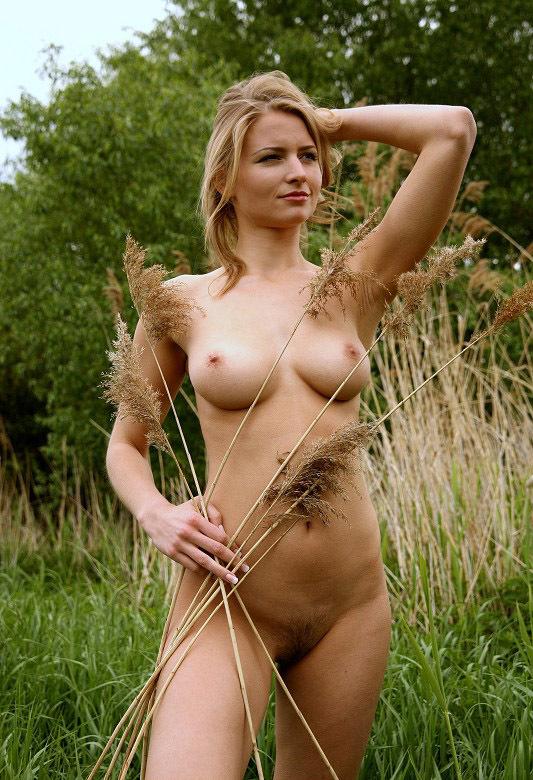 Молодая девушка из Чехии разделась в лесу 15 фото