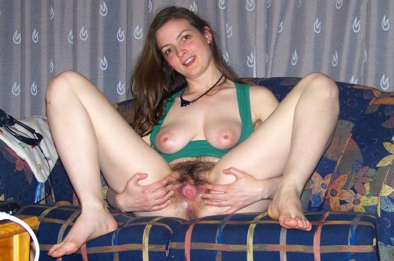 Молодая девка у себя дома на диване показывает сиськи и пизду 7 фото