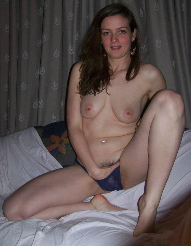 Молодая девка у себя дома на диване показывает сиськи и пизду 4 фото