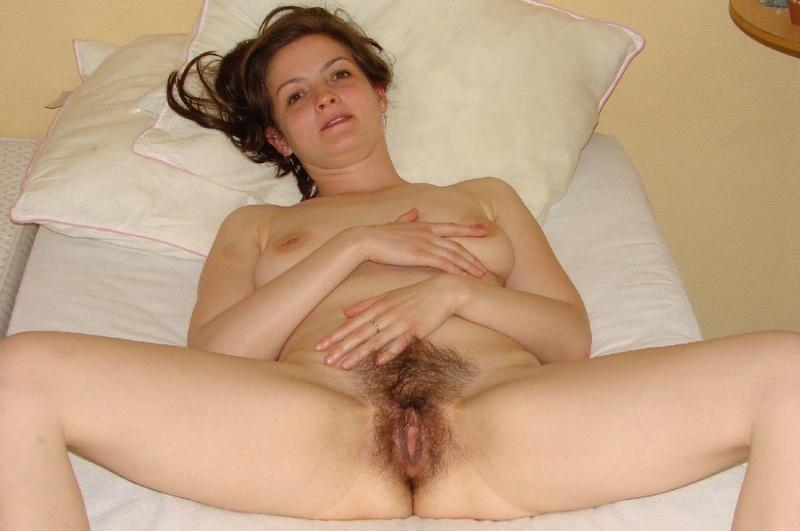 Молодая девка у себя дома на диване показывает сиськи и пизду 12 фото