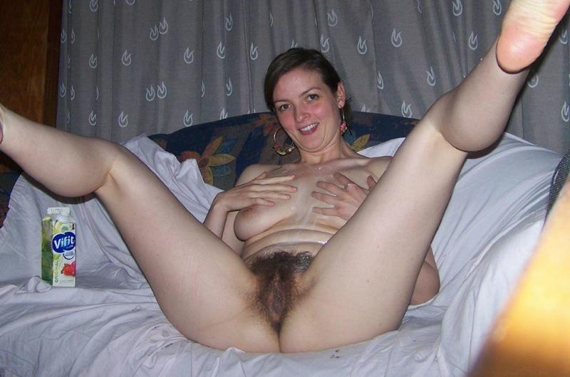 Молодая девка у себя дома на диване показывает сиськи и пизду 5 фото