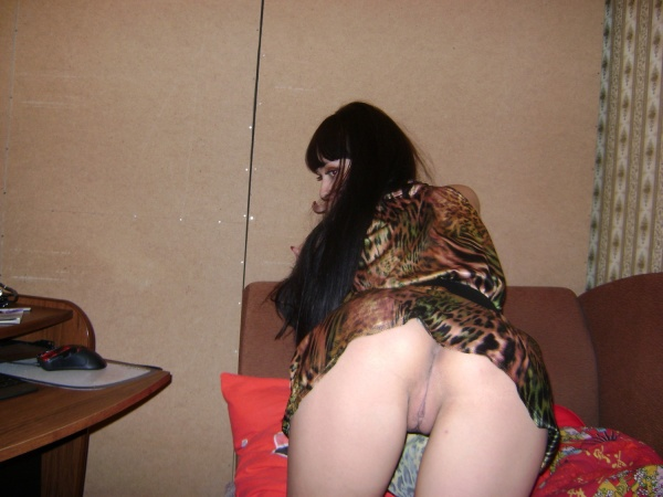 Брюнетка показала интимную стрижку па киске 8 фото