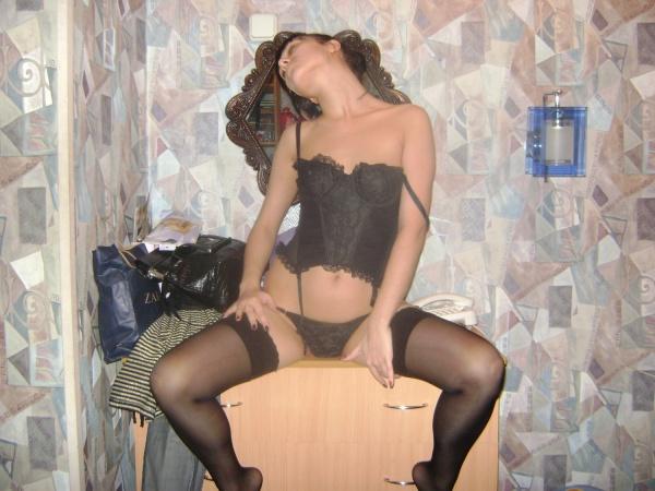 Брюнетка показала интимную стрижку па киске 7 фото