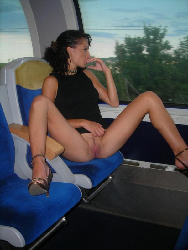 Русская брюнетка в черном топе оголяется в поезде и ночном парке 5 фото