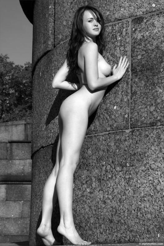 Стрит‑арт художница позирует в неглиже у памятника в Питере 3 фото