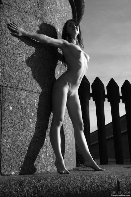 Стрит‑арт художница позирует в неглиже у памятника в Питере 4 фото