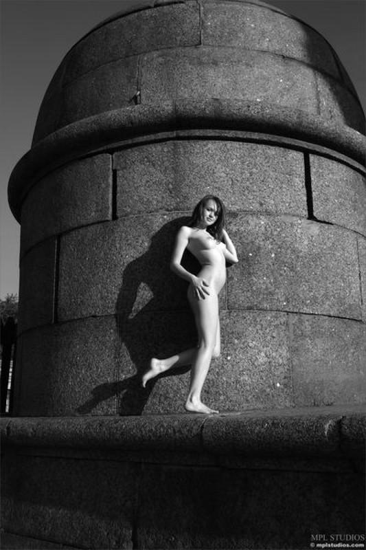 Стрит‑арт художница позирует в неглиже у памятника в Питере 6 фото