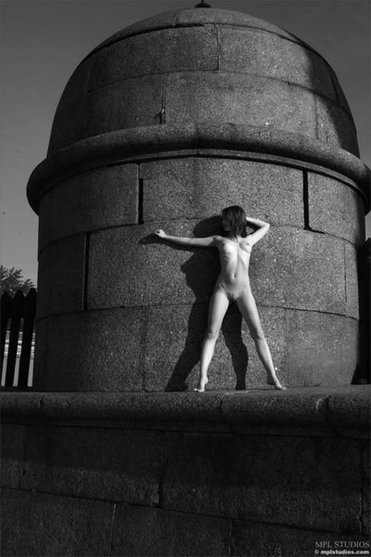 Стрит‑арт художница позирует в неглиже у памятника в Питере 20 фото