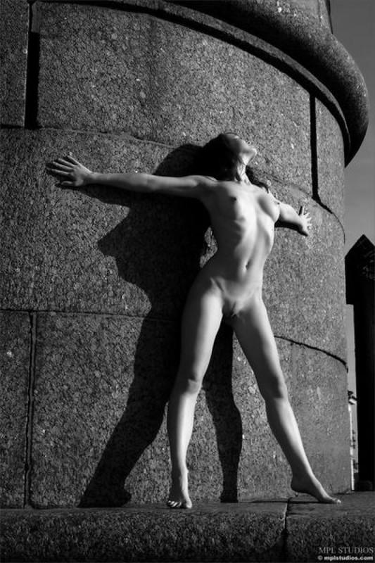 Стрит‑арт художница позирует в неглиже у памятника в Питере 21 фото