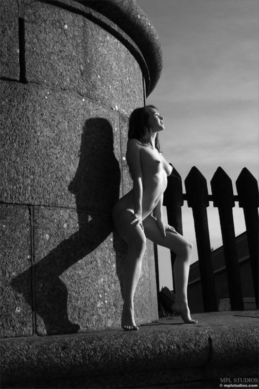 Стрит‑арт художница позирует в неглиже у памятника в Питере 10 фото