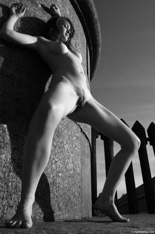 Стрит‑арт художница позирует в неглиже у памятника в Питере 14 фото