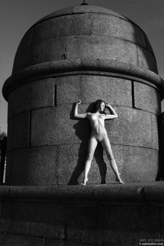 Стрит‑арт художница позирует в неглиже у памятника в Питере 18 фото