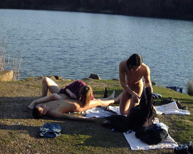 Молодая давалка отдалась парня на озере