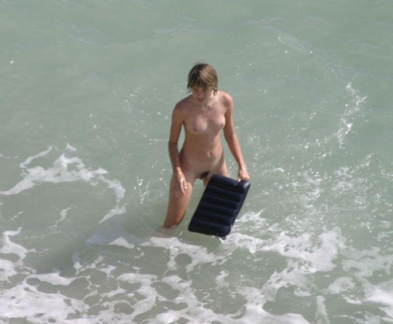 Девушки купаются и загорают голышом на пляже 8 фото