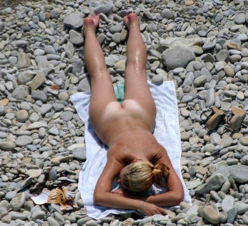 Девушки купаются и загорают голышом на пляже 9 фото