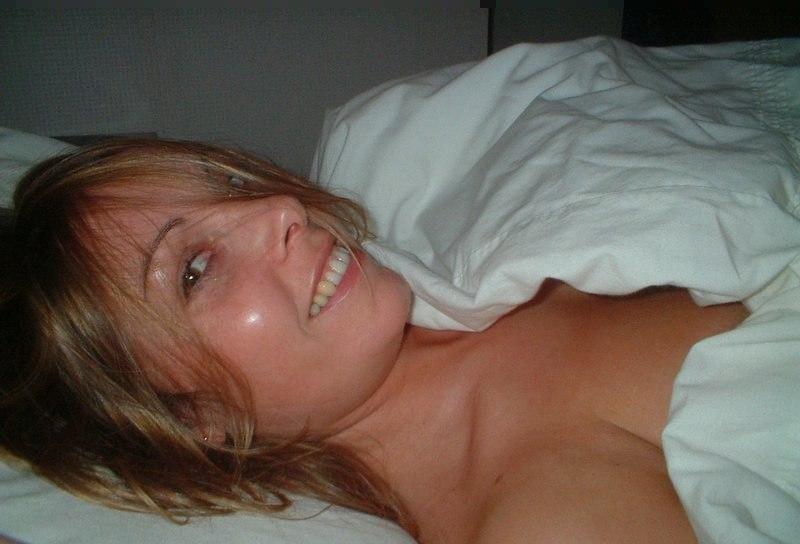 Шатенка лижет залупу в постели и сосет до камшота в рот 1 фото