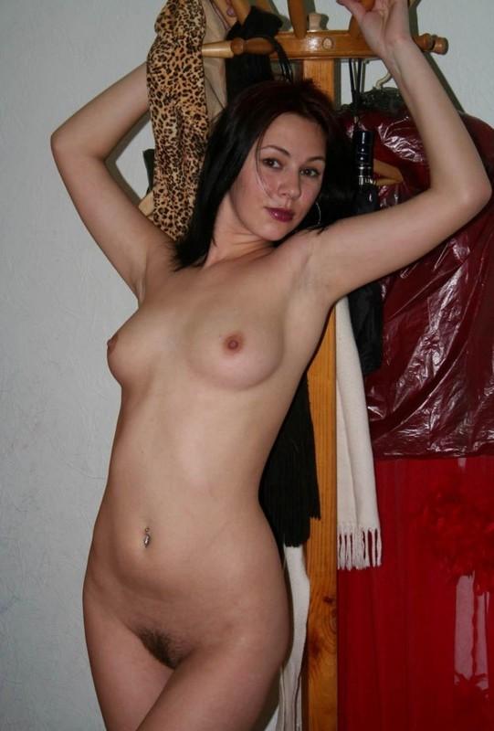 Телка раздевается дома перед сексом 6 фото