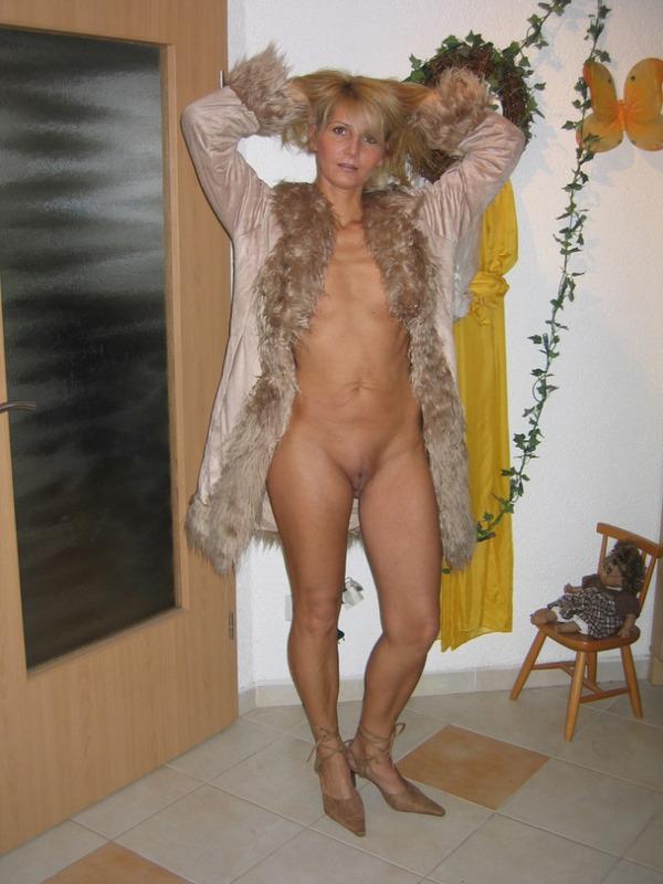 Гламурная блондинка впервые позирует голышом перед камерой 3 фото