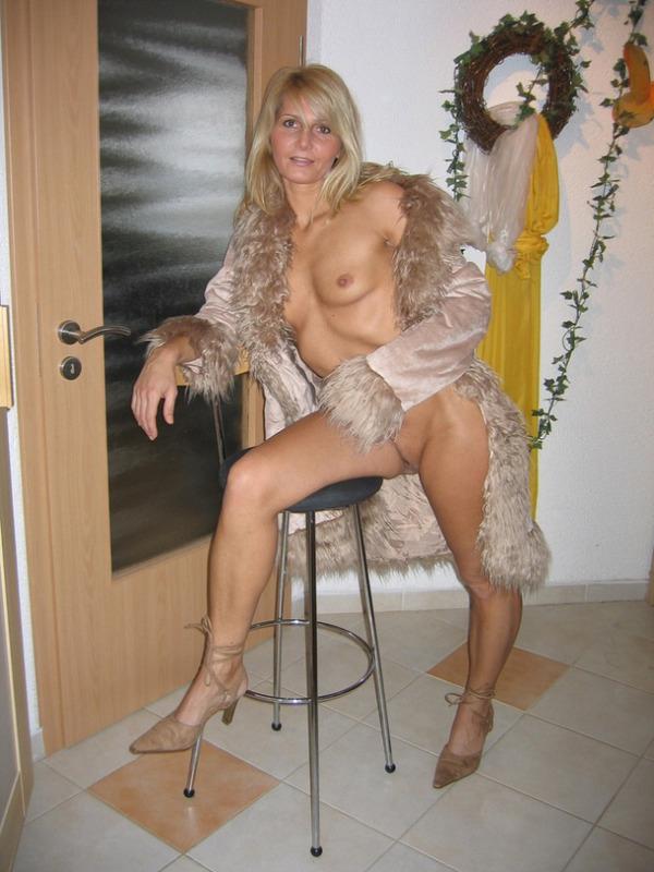Гламурная блондинка впервые позирует голышом перед камерой 11 фото