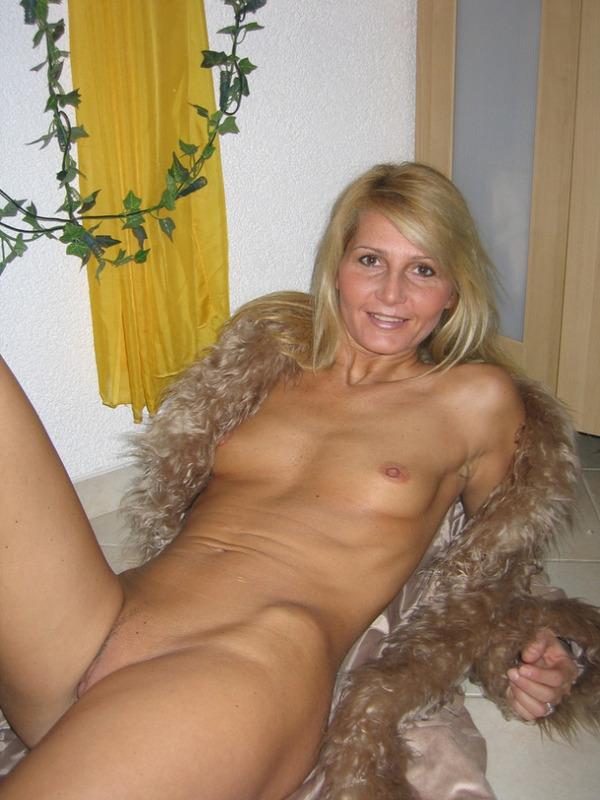 Гламурная блондинка впервые позирует голышом перед камерой 9 фото