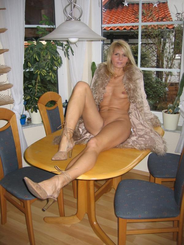Гламурная блондинка впервые позирует голышом перед камерой 12 фото