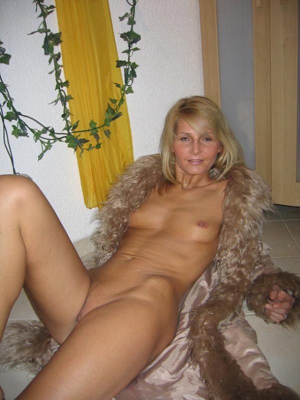 Гламурная блондинка впервые позирует голышом перед камерой 8 фото