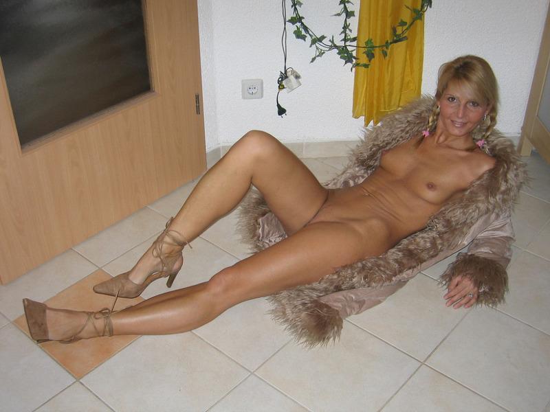 Гламурная блондинка впервые позирует голышом перед камерой 6 фото
