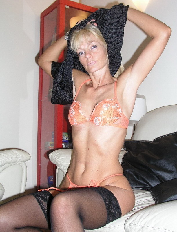 Зрелая блондинка снимает с себя нижнее белье на диване 1 фото