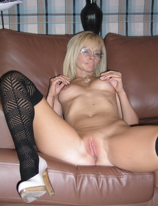 Зрелая блондинка снимает с себя нижнее белье на диване 19 фото