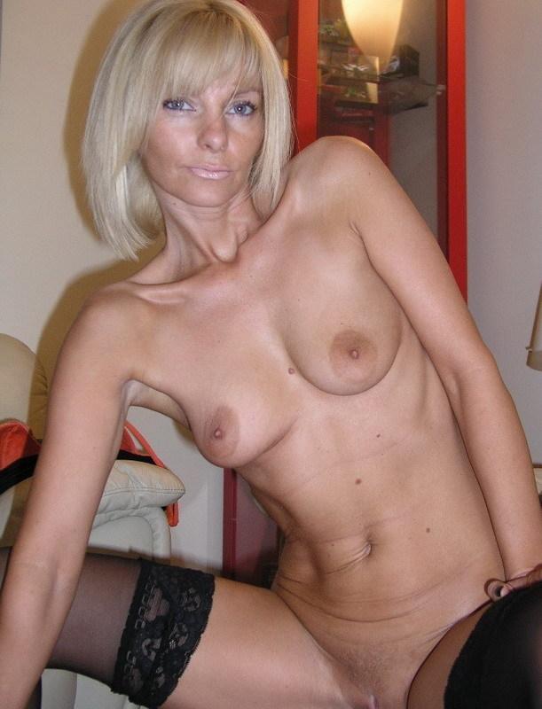 Зрелая блондинка снимает с себя нижнее белье на диване 14 фото