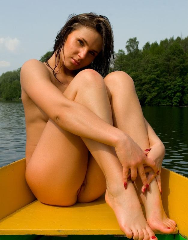 Брюнетка сняла трусики в лодке и возбудила парня киской 15 фото