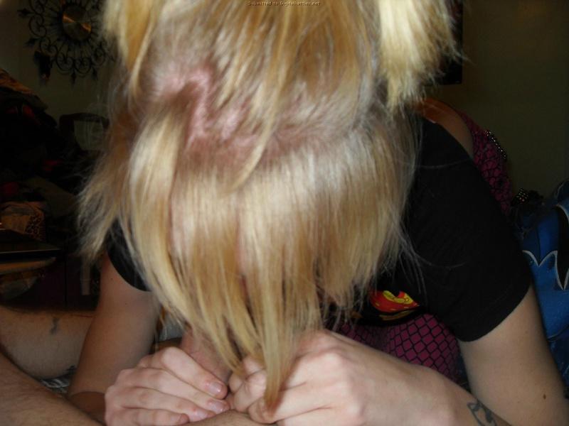 Крашеную блондинку награждают камшотом после любительского минета 23 фото